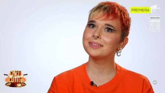 Andreea Climatino, în tricou portocaliu, zâmbitoare