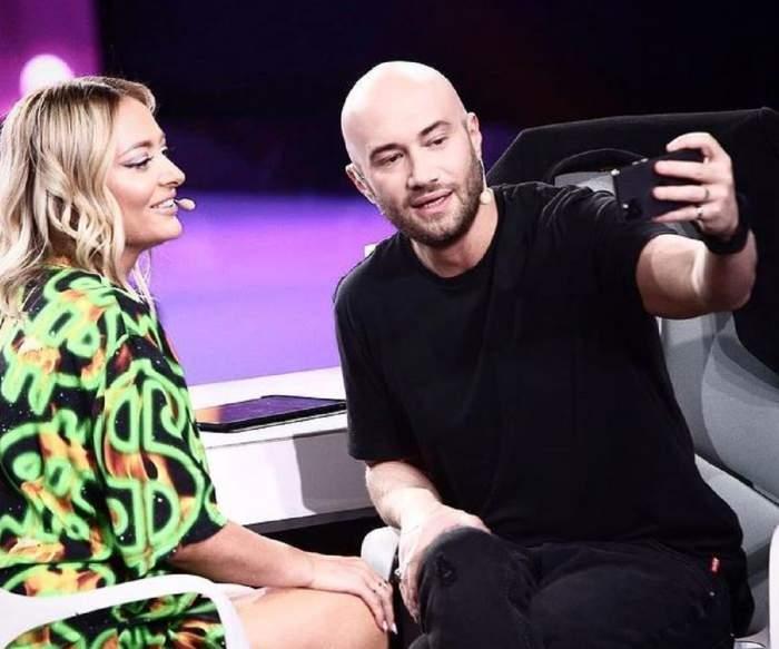 Delia și Mihai Bendeac își fac un selfie. Cei doi se află la iUmor. Ea poartă o rochie neagră cu model verde, iar el un tricou și niște pantaloni negri.