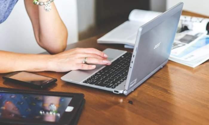 Laptop pe masă din mobilă.