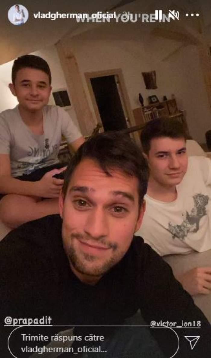 Vlad Gherman alături de prietenii săi.