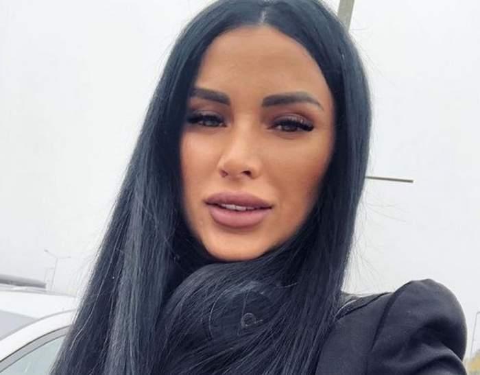 Daniela Crudu îți face un selfie. Vedeta poartă un sacou negru și zâmbește.