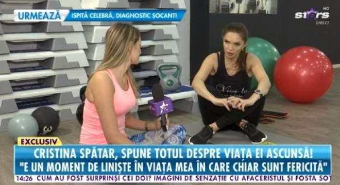 Cristina Spătar, în sala de sport, îmbrăcată în negru, oferă un interviu la Antena Stars