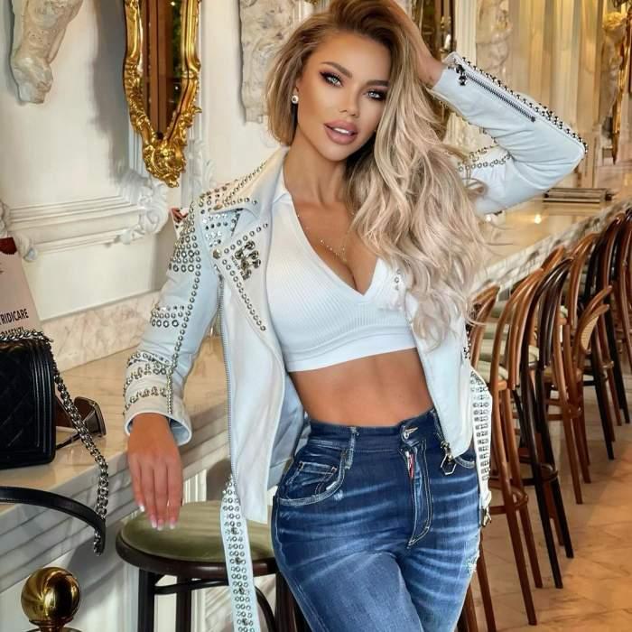 Bianca Drăgușanu în tricou alb și blugi.