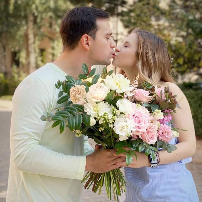 Cristina Ciobănașu și Vlad Gherman în perioada în care formau un cuplu, în timp ce se sărutau.