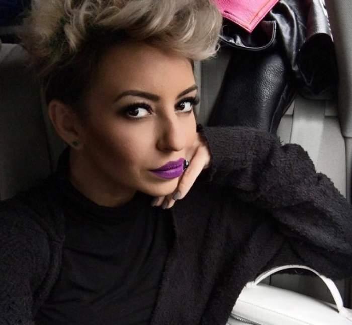 Giulia Anghelescu, selfie, îmbrăcată în negru, machiată cu negru și ruj mov pe buze