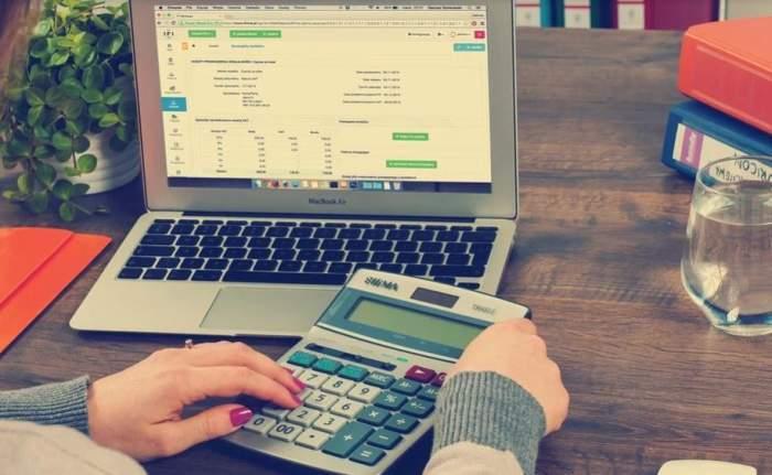 Calculator și laptop.