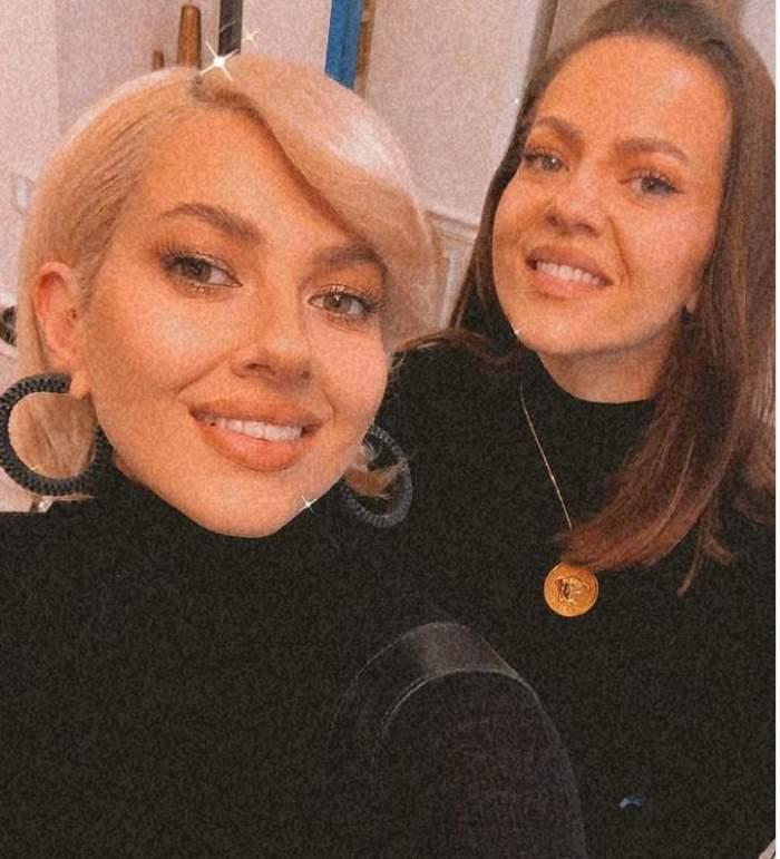 Lidia Buble si Estera poarta haine negre si zambesc la poza