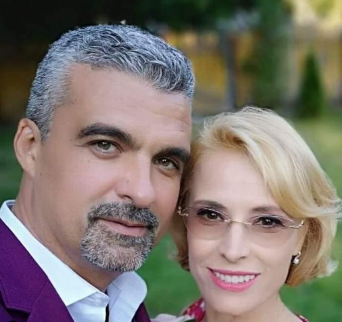 Aurelian Temisan si Monica Davidescu sunt intr-o gradina, zambesc