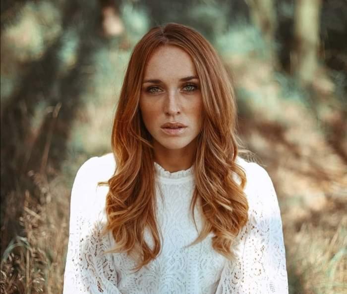 Anja Kallenbach, în pădure, în bluză albă