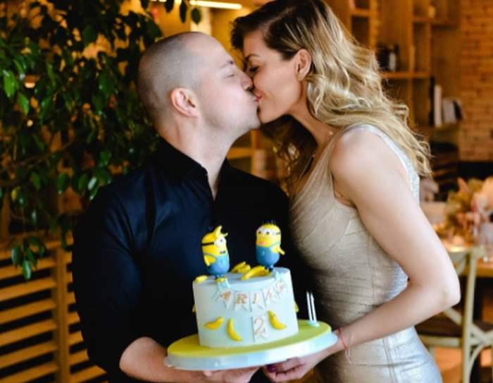 dan badea se saruta cu sotia madalina la petrecerea de aniversare a fiului lor