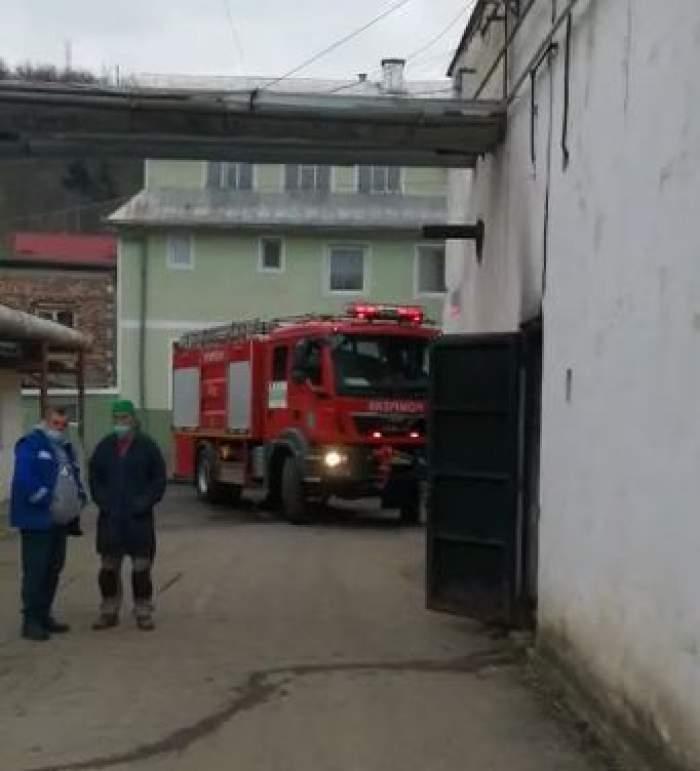 O mașiă de pompieri și doi angajați ai spitalului