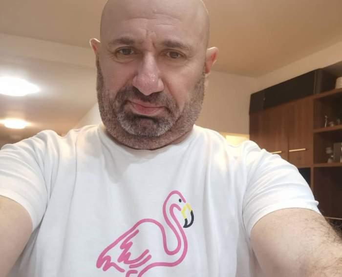 Cătălin Scărlătescu in tricou alb cu un flamingo desenat pe el
