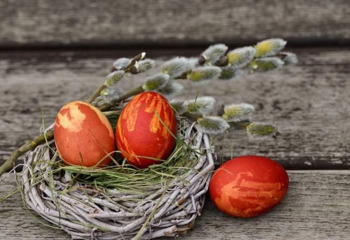 oua rosii puse intr-un cosulet pentru postul pastelui 2021