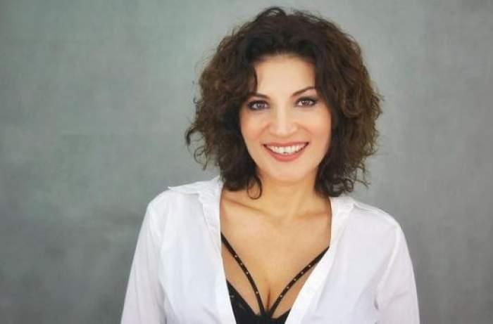 Ioana Ginghină cu cămașă albă și decolteu.