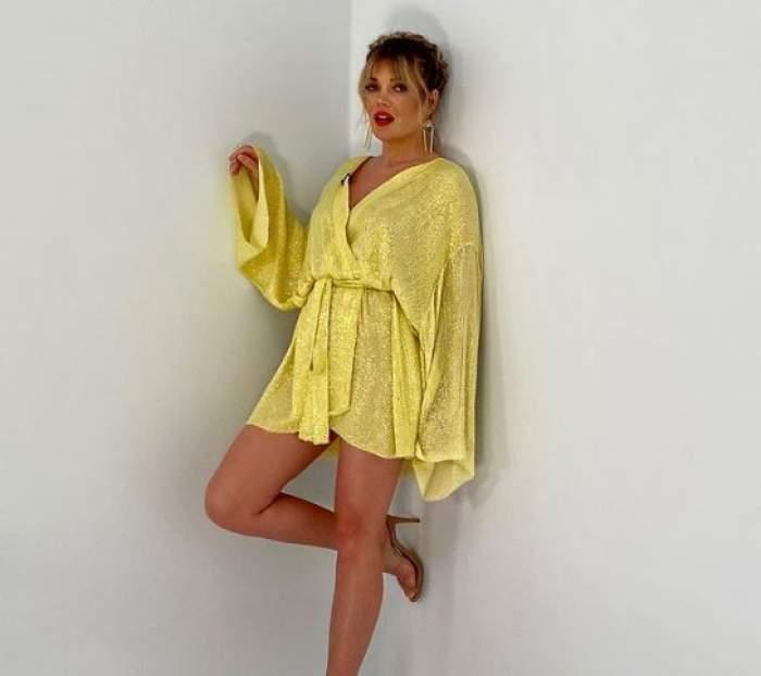 Gina Pistol în rochie galbenă.