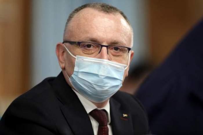 Ministrul Educației cu masca de protecție pe față