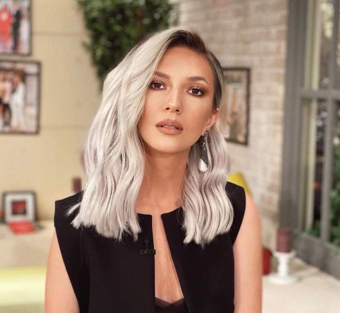 Adela Popescu este machiaja natural, are parul aranjat si poarta o tinuta neagra