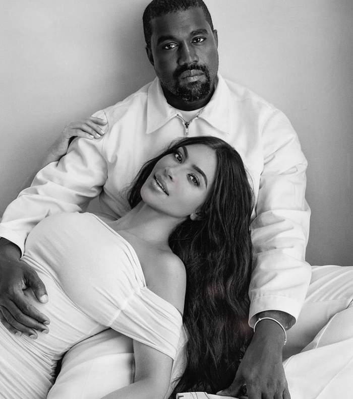 Kim Kardashian sta intinsa, in bratele lui Kanye west la o sedinta foto, el ii tine mana pe burtica, poarta haine albe