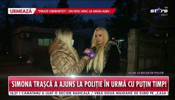 Simona Trasca este afara in fata sectiei de politie cu reporteru Antena Stars, poarta haine groase si are parul desprins