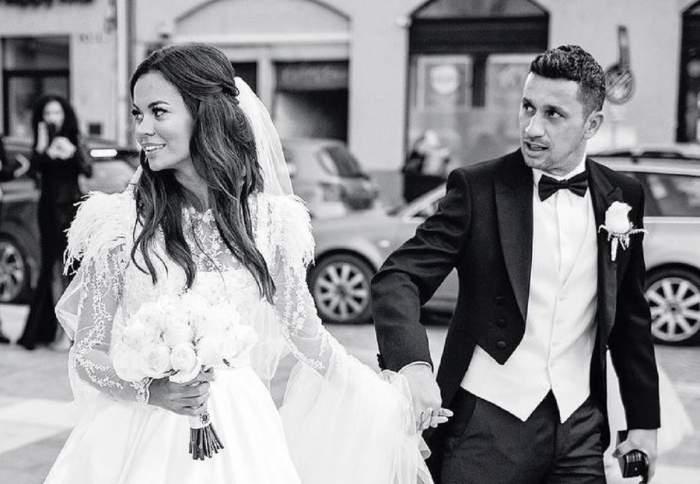 O imagine alb-negru cu Flick și Denisa Filcea, de la nuntă. Ea poartă rochie albă de mireasă și ține în mână un buchet alb de flori, iar el un costum negru și o ține de mână.
