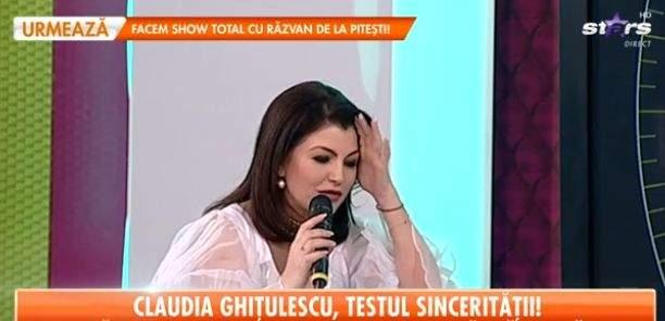 Claudia Ghițulescu, cu mâna în păr, în costu tradițional alb