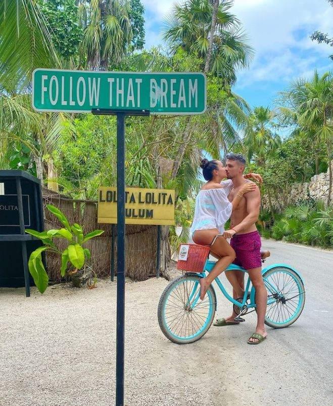 Vladuta Lupau si Adi Rus se saruta la plaja,pe o bicicleta