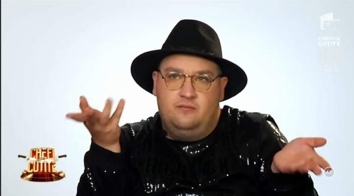 Razvan Babana este la Chefi la cutite, poarta o palarie si o tunica neagra