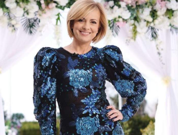 Simona Gherghe in rochie neagra cu flori albastre