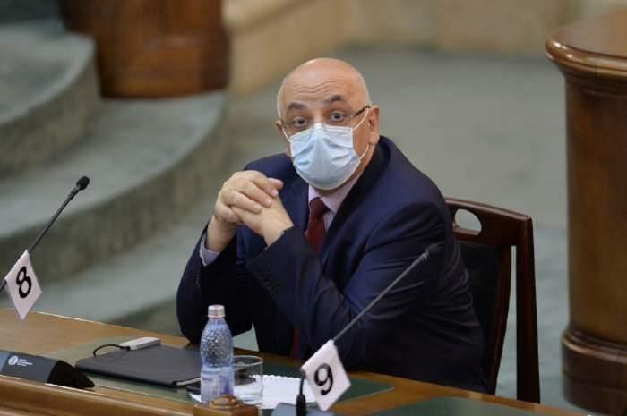 Raed Arafat stă la birou. Șeful DSU poartă mască de protecție.