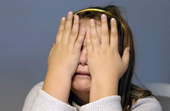 Fetiță de doar doi ani, lovită grav, din greșeală, de tatăl său! Bărbatul voia să arunce cu un scaun în soția lui