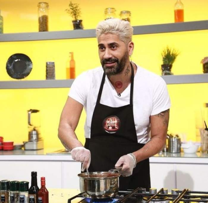 Connect-R, cu tricou alb și șorț negru, la Chefi la cuțite.