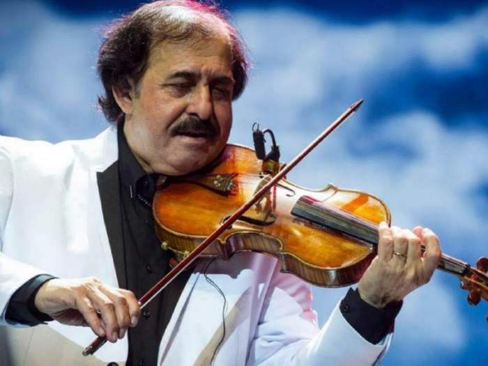 Nicolae Botgros in timp ce canta la vioara