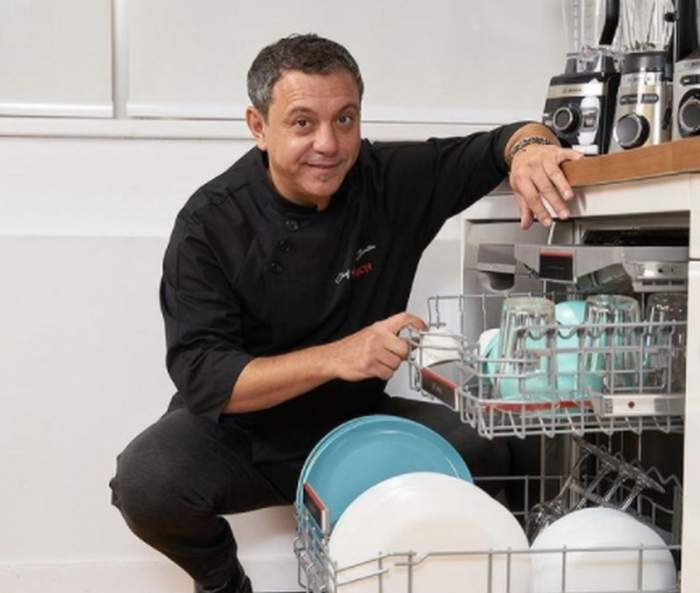 Chef Sorin Bontea langa o masina de spalat vase