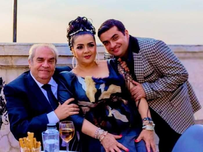 Alex Padureanu este cu Cornelia Catanga si Aurel Padureanu la o terasa, sunt imbracati elegant si zambesc