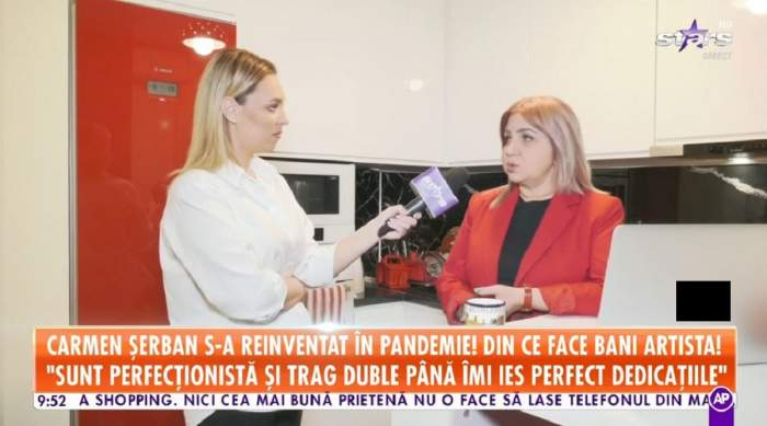 Carmen Șerban dă un interviu pentru Antena Stars de la ea acasă. Vedeta poartă un tricou negru și pe deasupra un sacou roșu.