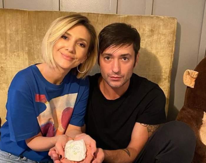 Adela Popescu și Radu Vâlcan, fotografiață acasă, împreună și zâmbitori
