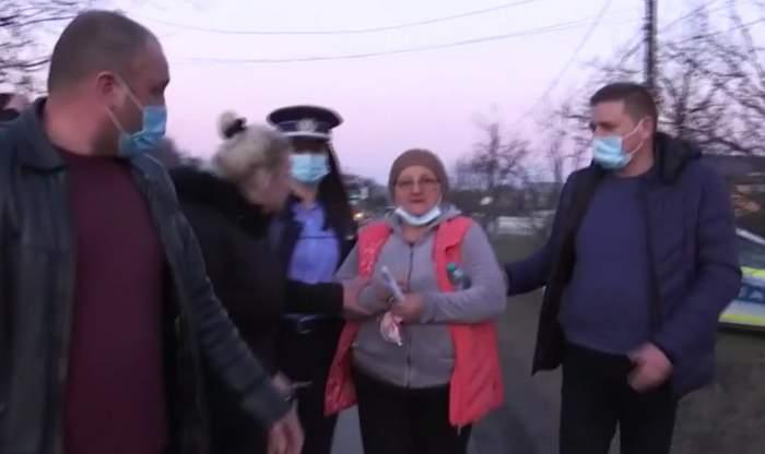 Imagini cu soția criminalului din Onești, încătușată de polițiști! Fiica femeii i-a implorat pe oamenii legii să o elibereze / VIDEO