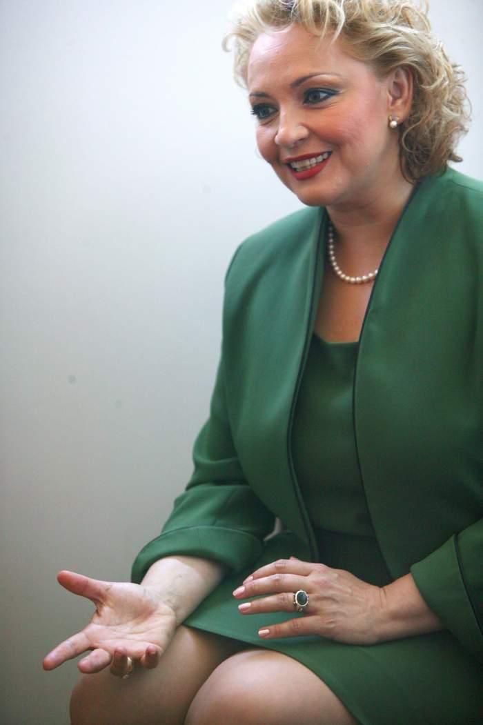 Mihaela Tatu, gesticulând, îmbrăcată în rochie verde