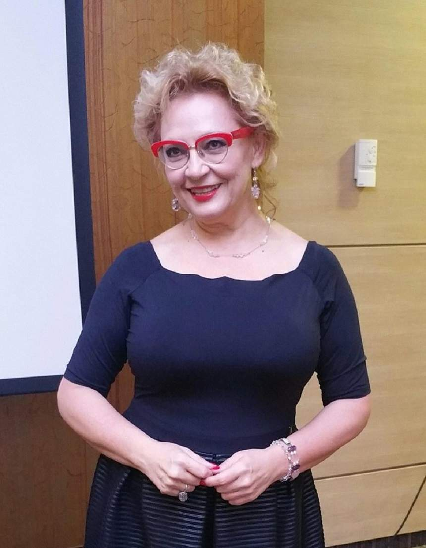 Mihaela Tatu, în rochie neagru, zâmbitoare