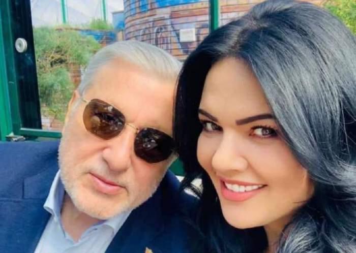 Ioana și Ilie Năstase într-un selfie. Ea zâmbește larg, iar el poartă cămașă bleu și sacou bleumarin.