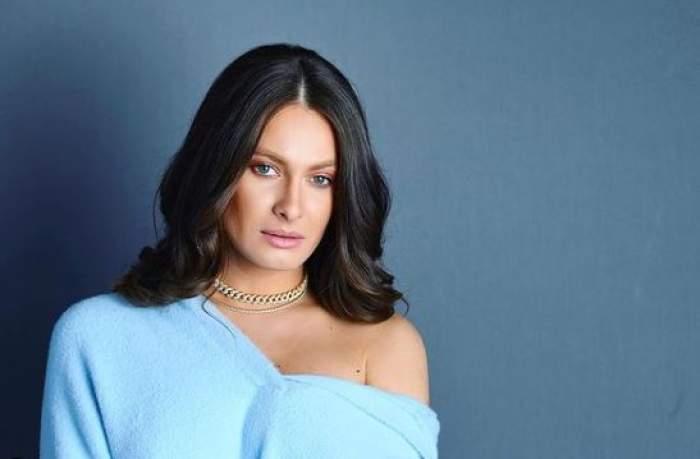 Raluka, în pulover albastru deschis, ședință foto.