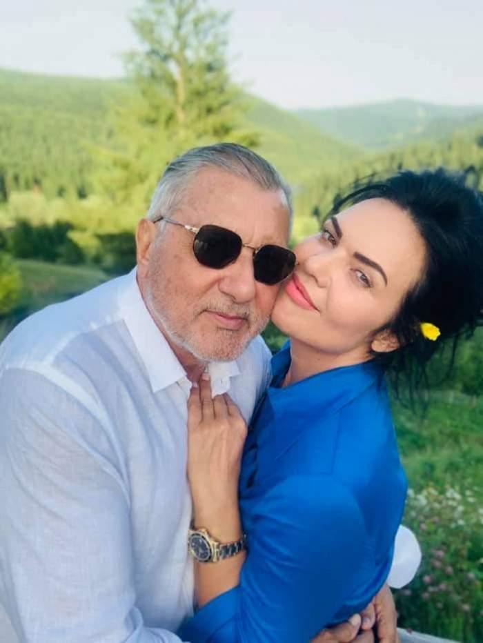 Ioana Nastase este in bratele lui Ilie Nastase, sunt intr-un peisaj montan, zambesc