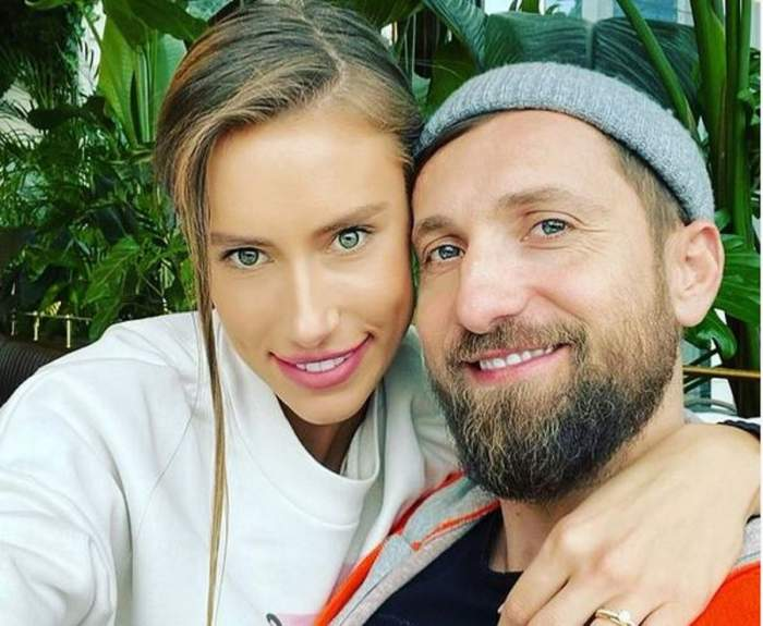 Gabriela Prisăcariu și Dani Oțil într-un selfie. Ea poartă o bluză albă, iar el o căciulă gri. Amândoi zâmbesc.