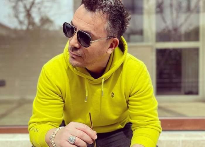Răzvan Fodor imbracat in hanorac galben cu ochelari la ochi