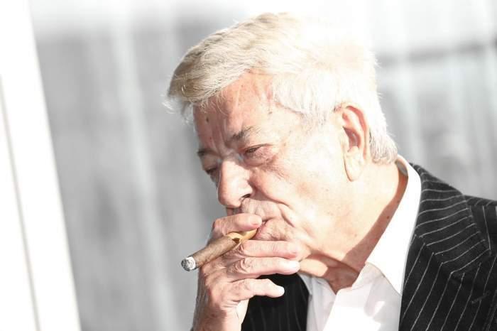 Ion Dichiseanu in costum fumand dintr-un trabuc