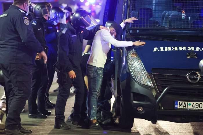 Tânăr pus la pământ de jandarmi în Constanța, în a patra zi de proteste anti-restricții. Ce alte evenimente violente au avut loc în țară / VIDEO