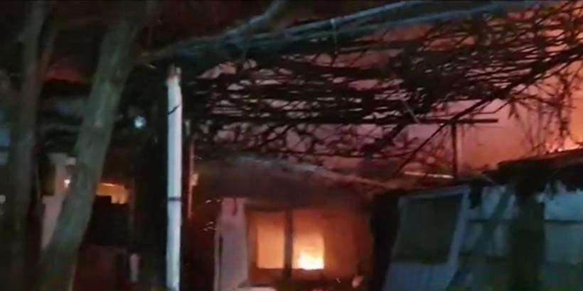 Imagine cu una dintre casele din Bucuresti in timp ce arde noaptea