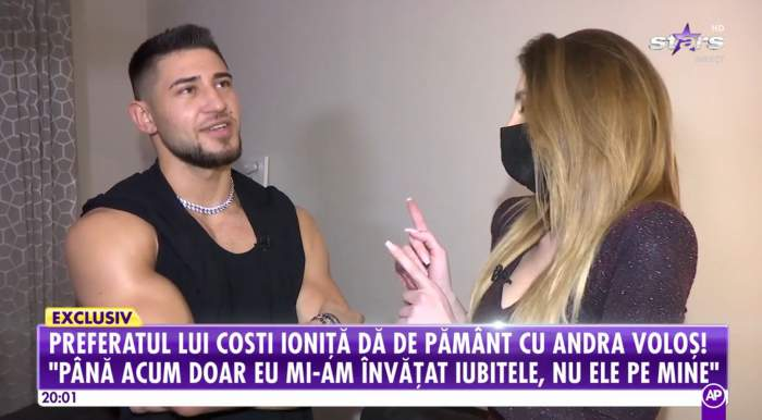 Bogdan Mocanu este la el acasa cu reporterul Antena Stars, poarta un top fără mâneci negru
