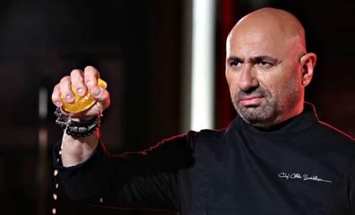 Cătălin Scărlătescu, în tunică neagră, stoarce o lămâie