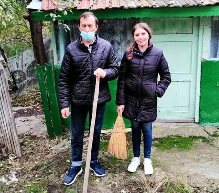 Viorel și Veronica Stegaru, în curte la casa din Bârlad